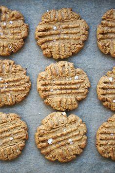 Gluten free peanut butter cookies | HonestlyYUM