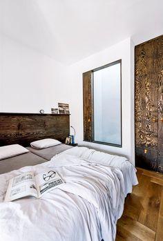 Díky zajímavě rámovanému výklopnému oknu do světlíku a také díky umístění bytu v nejvyšším patře proniká do ložnice denní světlo.