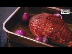 Glazed varkensrollade met gepofte rode uien, appeltjes en tijm - Recepten | PLUS