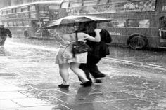 Rain In Oxford Street Central London England In 1998 Diy Crafts For Adults, Fun Diy Crafts, Romantic Photography, London Photography, Santorini Holidays, Short Natural Haircuts, Puzzle Crafts, Make A Tie, 360 Waves