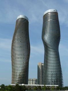 Uma construção feita em homenagem às curvas de uma das maiores atrizes de todos os tempos: Marylin Monroe. Esses são os prédios do Absolut World, condomínio que fica em Ontário, Canadá. Nem parecem que são de verdade. Fonte: condosky