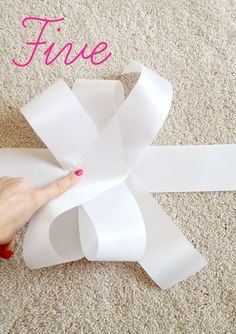 How to make a bow in 5 easy steps - Tammy M. Gift Ribbon, Gift Bows, Ribbon Bows, Ribbons, Ribbon Hair, Christmas Bows, Christmas Crafts, Papier Diy, Hair Bow Tutorial