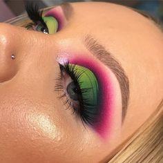 Green and pink cut crease eye makeup Glitter Eye Makeup, Glam Makeup, Makeup Inspo, Eyeshadow Makeup, Makeup Art, Cut Crease Eyeshadow, Pink Makeup, Makeup Ideas, Makeup Eye Looks