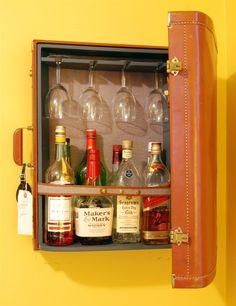 Super leuke manier om wijnflessen en glazen op te bergen! We <3 oude koffers!!