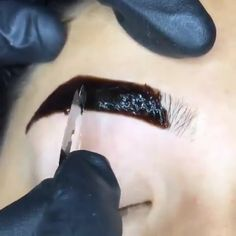 How to Dye Your Eyebrows with Henna in a Natural Way! Eyebrow Makeup Tips, Eyebrow Tinting, Hair Makeup, Eyelash Tinting, Henna Eyebrows, Beauty Make-up, Makeup Techniques, Permanent Makeup, Eye Make Up