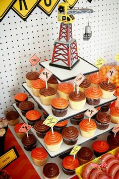 UNDER CONSTRUCTION PARTY : cupcake display