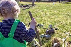 Mit Kindern in der Natur / Tiergehege bauen für Kleinkinder / Naturerlebnisse / Spielidee http://stillzwerg.blogspot.de/2015/03/das-kind-ist-ganz-sinnesorgan.html