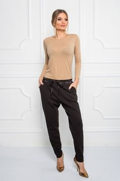 Pudlové nohavice voľnejšieho strihu s možnosťou stiahnutia na šnúrku v páse. Nohavice majú po bokoch vrecká, sú zúžené v spodnej časti. Vhodné na akúkoľvek príležitosť.