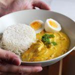 Ají de gallina, un plato típico de la #cocina peruana Como pueden ver en la foto es una crema espesa con pollo (gallina) desmenuzado que se acompaña con arroz blanco y huevo duro (muchas veces también se le agrega papa cocida). El color amarillo se lo da el #palillo (condimentos peruano) y la pasta de #ají amarillo, que le da un toque picante y delicioso!!! ❤️ . La #receta es de las secas @polinenlacocina y @clauvarleta (está en su canal de youtube @el_gran_mantel!!) Ame el resultado así…
