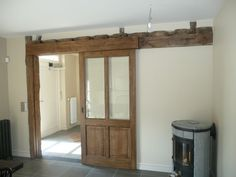 Schuifdeur vast aan houten balk (andere deur zonder glas - paneeldeur of oude schuurdeur)