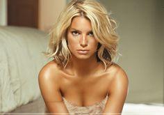 Jessica Simpson photo belle qualite cheveux dores carre sophistique robe de nuit dentelle grain peau reflet epaule nue attend sur matelas ai...
