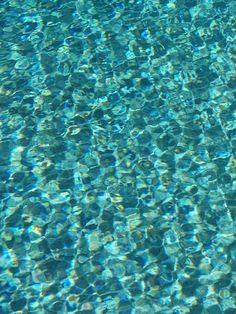 Pin by susan donovan on aqua marine вдохновляющие, вода, кол Shades Of Turquoise, Aqua Blue, Shades Of Blue, Turquoise Water, Water Waves, Ocean Waves, Aqua Marine, Under The Sea, Textures Patterns