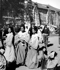 Filipino Women Manila 1899 – The ladies are embroiderers from the Looban Convent. Our Lady of Peñafrancia Parish Church, J. Filipino Art, Filipino Culture, Chinese Culture, Philippines People, Philippines Culture, Manila Philippines, Philippines Fashion, Old Photos, Philippines