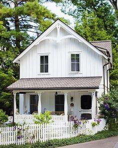 90 Modern White Cottage Exterior Style 51 - Home & Decor White Farmhouse Exterior, Cottage Exterior, Rustic Farmhouse, Farmhouse Style, Cafe Exterior, Restaurant Exterior, Stucco Exterior, Craftsman Exterior, Exterior Cladding