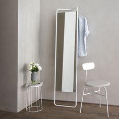 A la fois miroir et portant, Kaschkasch est une pièce design très polyvalente parfait dans l'entrée avec ses lignes épurées