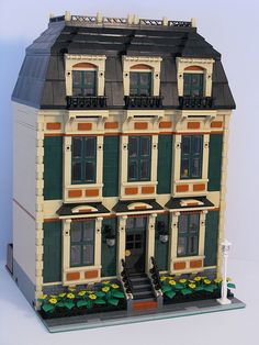 I love a good modular LEGO building. This LEGO townhouse may be one of the nicest modular LEGO MOCs I have ever seen. Lego Modular, Lego Moc, Lego Lego, Lego Games, Lego Batman, Casa Lego, Lego Village, Cool Lego Creations, Lego Storage