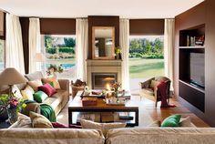 SALA - Tem de ter lugar pra 2 sofás de três lugares e duas poltronas, mesa de centro com espaço para circulação, lareira e televisão com 50 polegadas. Gostamos da disposição, mas não da decoração.