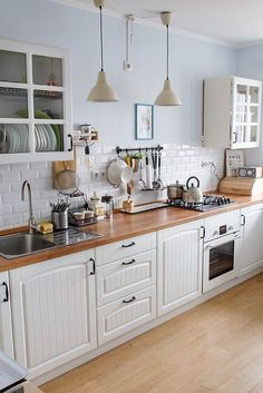 51 Gorgeous Kitchen Design Ideas for Small House – cuisine moderne Small Space Kitchen, Kitchen Sets, Home Decor Kitchen, New Kitchen, Small Spaces, Mini Kitchen, Awesome Kitchen, Kitchen Wood, Kitchen Island