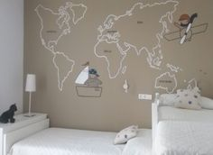 Murales pintados a mano: Mapamundi pirata y aviador