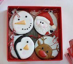 caixa com 4 cookies amanteigados decorados com glacê de açucar tema natalino