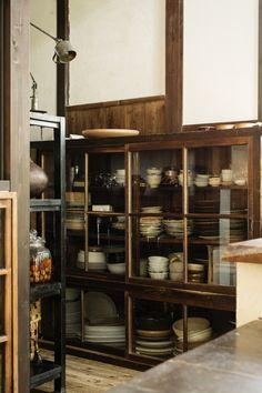 料理家の台所らしく、シンク脇の大きな水屋箪笥(たんす)にはたくさんの器が並ぶ Kitchen Furniture, Kitchen Interior, Kitchen Design, Kitchen Styling, Kitchen Storage, Wooden Pantry, Japanese Interior, Interior Decorating, Interior Design