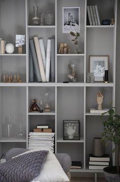 Diy Home : IKEA-hack: Förvandla bokhyllan Valje till en stillebenhylla. Billy Ikea Hack, Ikea Eket, Ikea Bookcase, Bookshelf Ideas, Bookshelf Inspiration, Bookshelf Styling, Diy Home Decor, Room Decor, Home Office Organization