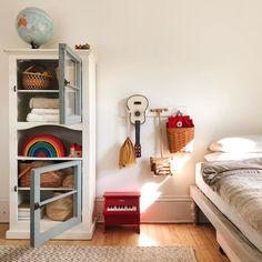 You have a nice living room but no room? And if you partition your living room to create this room you dream? How to create two separate spaces in a room without heavy work? Kids Bedroom Furniture, Bedroom Decor, Minimalist Kids, Bookshelves In Bedroom, Kids Decor, Home Decor, Kid Spaces, Interiores Design, Girl Room