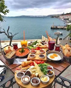 Leilighet til salgs i Alanya Tyrkia - victoria Breakfast Presentation, Food Presentation, Turkish Breakfast, Morning Breakfast, Brunch Mesa, Breakfast Around The World, Alanya Turkey, Good Food, Yummy Food