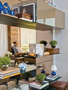 Uso de espelho:  Veja como o espelho reflete adornos, vasos de plantas  e cria uma sensação de profundidade para o home office.