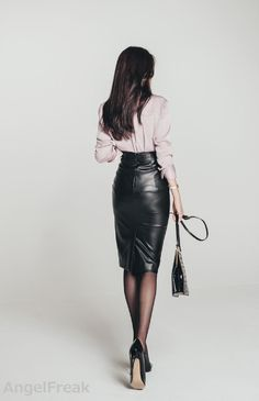 – Casual WearWhen it comes to simplicity and comfort, we look for fabrics that let our skin breathe. Leather Skater Skirts, Black Leather Skirts, Leather Dresses, Leather And Lace, Sexy Outfits, Fashion Outfits, Womens Fashion, Hobble Skirt, Foto Casual