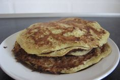 Mix 4 eggs and a mashed banana with lots of cinnamon. Bake with coconut oil. Low Carb Recipes, Healthy Recipes, Baking With Coconut Oil, Pancakes And Waffles, Food Allergies, Food For Thought, Healthy Snacks, Foodies, Good Food