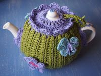 ❄Crochet Tea Cosies, Mug Hug Snugs and Cuppa Cosies. Flushed with Rosy Colour: Royal Garden Two Way Tea Cosy Crochet Mug Cozy, Knitted Tea Cosies, Crochet Granny, Hand Crochet, Crochet Pattern Central, Scarf Patterns, Knitting Patterns, Tea Cozy, Tejidos