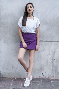 falda purpura con tenis stand smith
