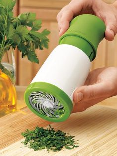 Cut herbs without bruising or blemishing...and reduce your salt intake with this Microplane Herb Mill. Just twist and out come finely minced herbs to add flavor to recipes. Ergonomic design makes twisting easy.