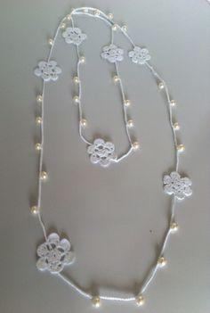 Collar de flores y perlas