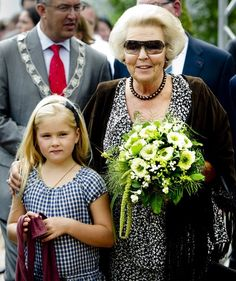 dutch queen beatrix showing her granddaughter princess amalia the royal ropes