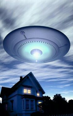 UFO: UFO at twilight, art by Luca Oleastri - www. Aliens Und Ufos, Ancient Aliens, Flying Saucer Attack, Nordic Aliens, Cosmos, Alien Photos, Project Blue Book, Unexplained Phenomena, Alien Abduction