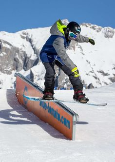 Our Teamrider Robin Maier ripping it at Blue Tomato Kings Park Hochkönig. Pic by Patrick Steiner #bluetomato #team #teamrider #snowboard #freestyle #kingspark #snowpark #austria