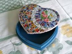 Resultado de imagen para cajas con mosaiquismo Polymer Clay Crafts, Stepping Stones, Stained Glass, Tiles, Plates, Crafty, Tableware, How To Make, Gift Ideas
