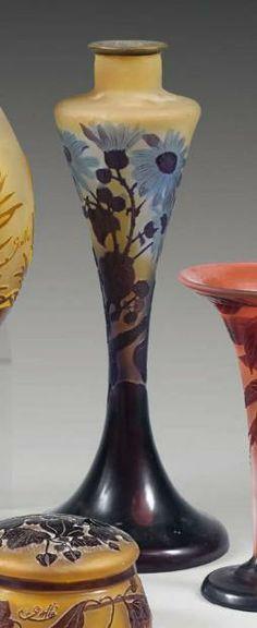 Émile GALLÉ (1846-1904), Pied de lampe de forme conique à col resserré, sur piédouche. Epreuve en verre multicouche brun, violet et bleu sur fond blanc-jaune. Décor de rudbeckia en camée dégagé à l'acide. Signé.