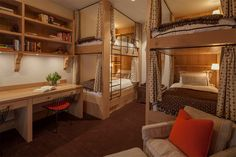 A cama beliche é um móvel que ajuda a otimizar os ambientes, liberando espaço para brincadeiras e área para estudos. No entanto, as vantagens não se restri