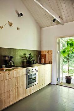 Маленькие вещи от пляжа и туалетная вода...plywood cupboards, nice!