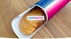"""Was tun, wenn der Chipsstapel schon so klein geworden ist, dass man kaum noch dran kommt? Gibt man ihnen einen Ruck, war selbiger oftmals zu doll … und schon wieder landen die Krümel auf dem Sofa. Aber dieser simple Trick schafft Abhilfe. Schieben Sie einfach ein doppelt gefaltetes Blatt Papier in die Rolle. Und schon haben die Chips eine perfekte """"Landebahn"""" und sind direkt zur Hand, wenn es mal leger auf der eigenen Couch zugehen soll …"""