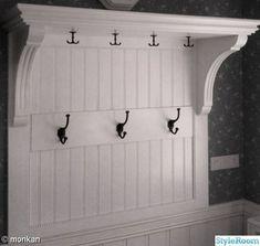 Hatthylla,egen design och tillverkning. - Ett inredningsalbum på StyleRoom av mo12 Small Hall, Small Entry, House Trim, White Houses, Walk In Closet, Mudroom, Home Decor Inspiration, Bathroom Hooks, Luxury Homes