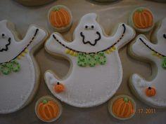 Halloween :) lots of cookies Thanksgiving Cookies, Fall Cookies, Iced Cookies, Cute Cookies, Holiday Cookies, Cupcake Cookies, Halloween Desserts, Halloween Treats, Halloween Cookies