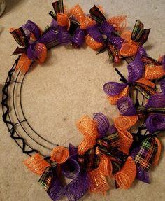 Diy Halloween Ribbon Wreath, Fall Ribbon Wreath, Ribbon Wreath Tutorial, Fall Mesh Wreaths, Halloween Deco Mesh, Halloween Bows, Diy Fall Wreath, Wreath Crafts, Diy Halloween Decorations