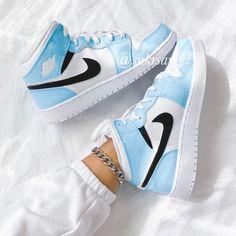 Cute Nike Shoes, Cute Sneakers, Shoes Sneakers, Cool Womens Sneakers, Air Jordan Sneakers, Sneakers Adidas, Jordans Sneakers, Baskets Jordan, Baskets Nike