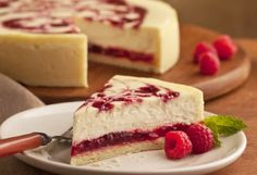 Malinový cheesecake Food Cakes, Cupcake Cakes, Desserts Menu, Delicious Desserts, Yummy Food, National Cheesecake Day, Ice Cream Candy, Mini Cheesecakes, Cheesecake Recipes