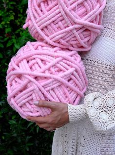 Arm Knitting: Everything You've Ever Wanted to Know | DIY chunky knit blankets and crafts are coming back again for fall and winter. They are also easy and fast to make for last-minute gifts for the upcoming holidays.
