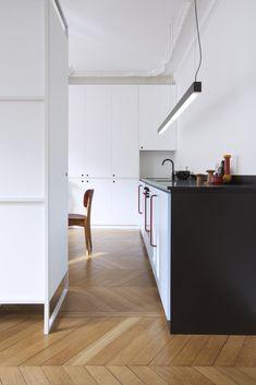 Une cuisine noire et blanche piquée de rouge Marie Claire, Architecture, Kitchen, Inspiration, White Doors, Arquitetura, Biblical Inspiration, Cooking, Kitchens